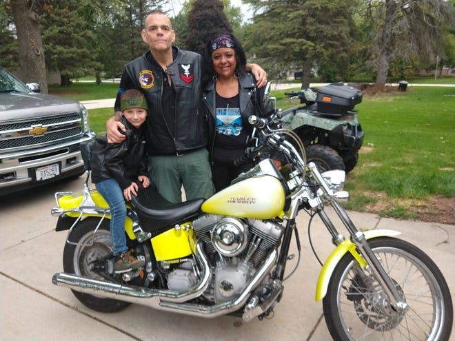 """Antolin """"Kiko"""" Ojeda posiert mit seiner Frau und seinem Sohn.  Ojeda hat seit seiner Genesung vom Coronavirus im Herbst psychische Probleme."""