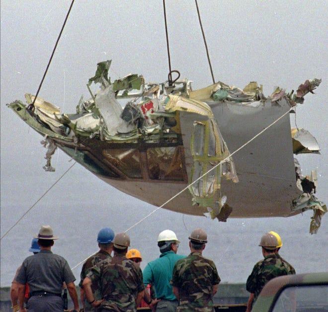Auf diesem Aktenfoto vom 7. August 1996 ist das Cockpit von TWA-Flug 800 in der Station der US-Küstenwache am Shinnecock Inlet in Hampton Bays, New York, abgesenkt.  Ehemalige Ermittler forderten am Mittwoch, den 19. Juni 2013, das National Transportation Safety Board auf, die Ursache erneut zu untersuchen, und sagten, neue Beweise deuten auf die oft diskutierte Theorie hin, dass ein Raketenangriff den Jumbo-Jet abgeschossen haben könnte.